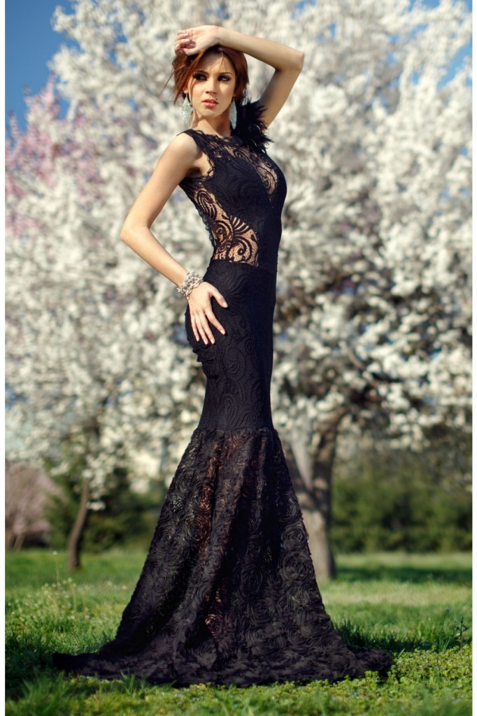 rochie-lunga-neagra-dantela-si-pene
